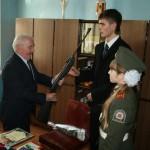 Ветеран ВОВ Басков А.И. вручает пневматическое оружие кадетам МБОУ СОШ№2
